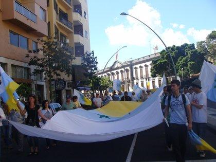 """Cerca de un millar de personas se concentran en Tenerife para pedir la """"descolonización"""" de Canarias"""