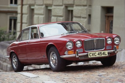 Una treintena de vehículos Jaguar de los años 1950 a 1970 realizan un circuito por ciudades andaluzas y extremeñas