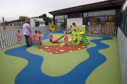 El Ayuntamiento renueva el suelo del parque infantil del 'Gloria Fuertes' y construirá una rampa de acceso