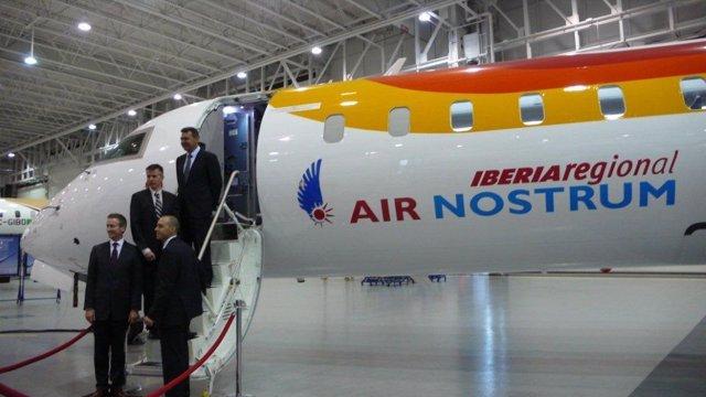 Responsables de Air Nostrum junto con el nuevo avión