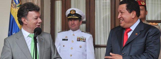 El presidente de Colombia, Juan Manuel Santos, junto al de Venezuela, Hugo Cháve