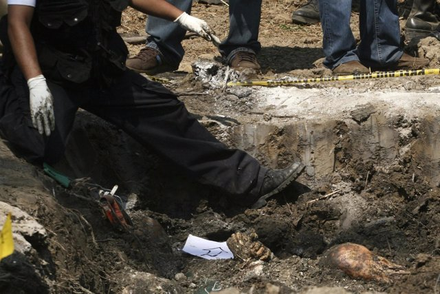 Hallan 18 cadáveres en una fosa en México