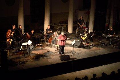 Un DVD recoge la grabación íntegra del último concierto del cantautor Paco Muñoz en la Universitat