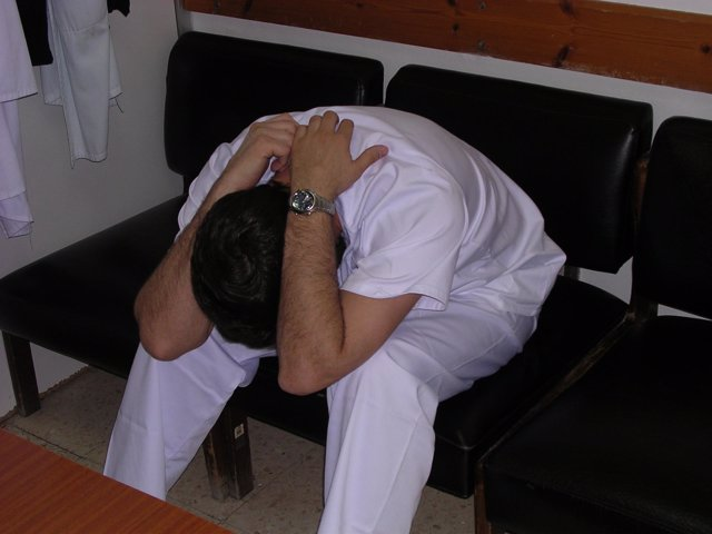 Un enfermero con burnout  y agotado en su trabajo