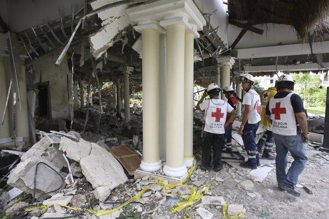 Miembros de Cruz Roja en la explosión de gas en un hotel en México