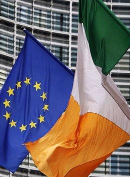 Recurso de bandera irlandesa junto a la de la UE