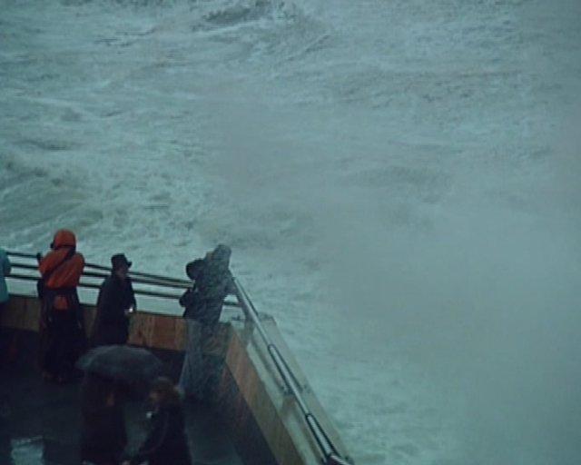 Las olas inundan el paseo marítimo de Gijón