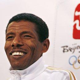 Recurso del atleta Gebrselassie con el logo de Pekín 2008 detrás