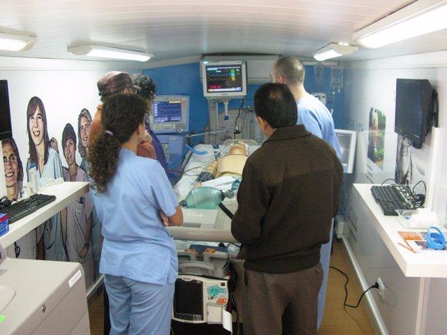 Sanitarios y usuarios visitan el autobús de la medicina intensiva