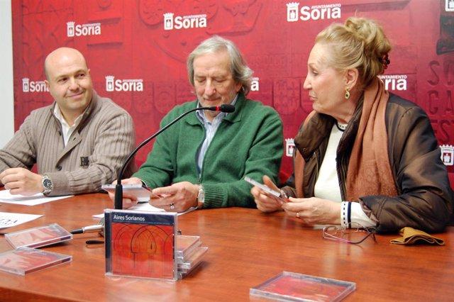 José Manuel Aceña, Jesús Bárez y Paquita García en el transcurso de la presentac