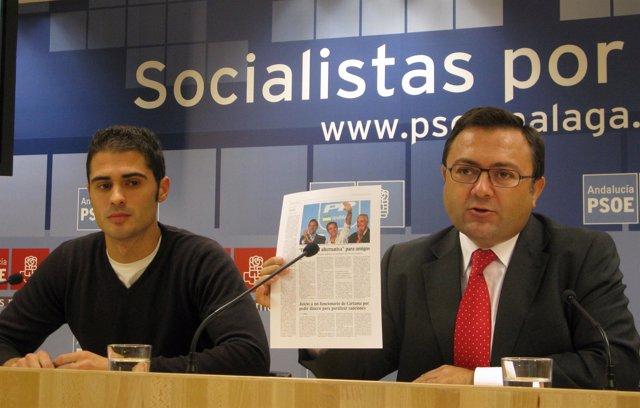 El secretario general del PSOE de Málaga, Miguel Ángel Heredia, y  el nuevo secr