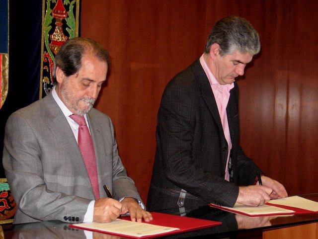 Velasco firma el convenio con el presidente de la comarca
