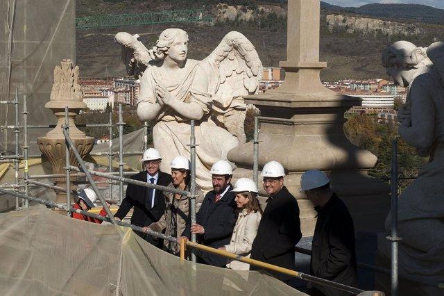 Sanz visita las obras de restauración de la fachada de la Catedral de Pamplona.