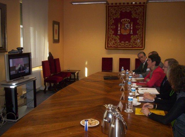 Miembros de la CEN asisten en la Delegación del Gobierno a una videoconferencia