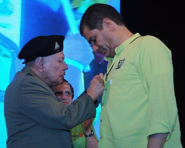 El presidente de Ecuador, Rafael Correa, recibiendo una condecoración del Gobier