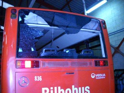 Veolia denuncia un nuevo sabotaje a una unidad de Bilbobus, que ha sufrido la rotura de la luna trasera