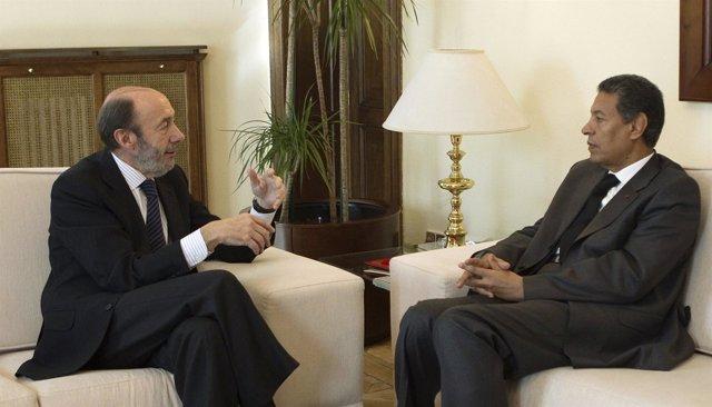 El ministro del Interior Alfredo Pérez Rubalcaba con su homólogo marroquí Taieb