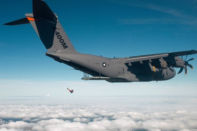 Paracaídistas casyendo del A400M