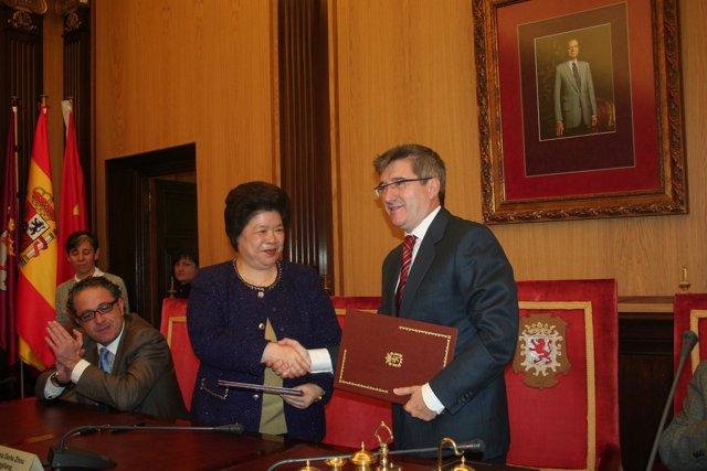 El alcalde de León, Francisco Fernández y la vicealcaldesa de Xiangtan, Zhou Fan