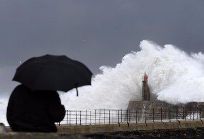 El fuerte oleaje activa la alerta amarilla en A Coruña, Lugo y Pontevedra