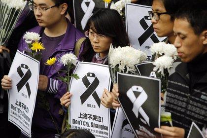 Miles de personas lloran a las víctimas del incendio en el edificio de Shangái
