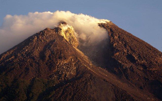 Erupción del volcán del Monte Merapi cerca de Yogyakarta en la isla de Java (Ind
