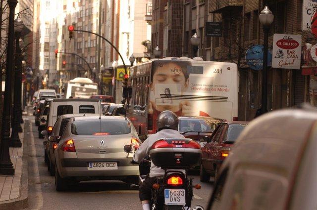 Atasco en calles de Gijón.
