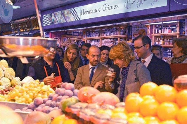 Aguirre y Villanueva durante su visita al Mercado de Chamartín