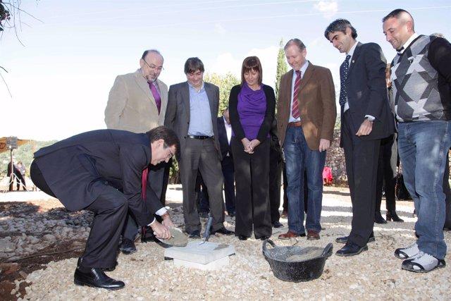 El presidente del Govern, Francesc Antich, colocando la primera piedra del nuevo