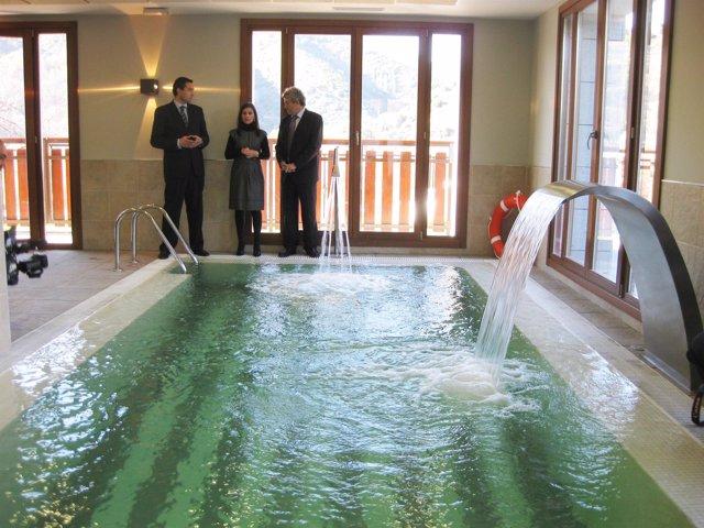 Miguel Martínez (i), Carolina Muñoz y Francisco Plaza visitan la piscina del nue