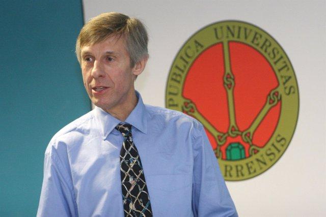 El profesor e investigador David Plackett, en la UPNA.