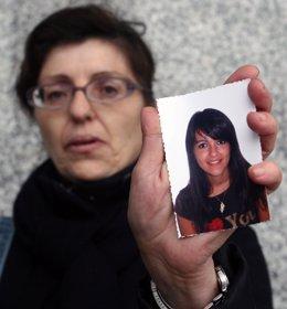 Una tía de la joven atropellada, Silvia Reyes, muestra una foto de su sobrina