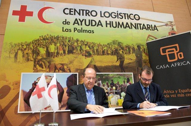 De izquierda a derecha, el presidente de Cruz Roja Española, Juan Manuel Suárez