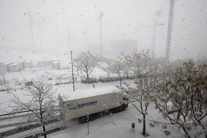 La nieve deja atrapados a conductores en varias carreteras gallegas y complica la circulación en otras vías