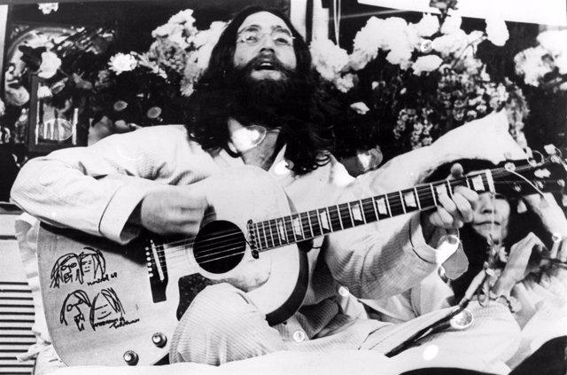 El músico John Lennon junto a su mujer Yoko Ono