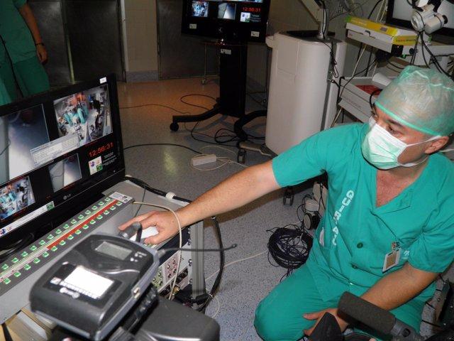 Cirujano maneja un quirófano portátil
