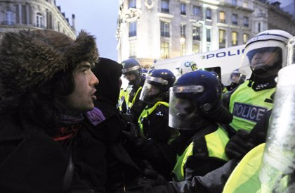 """Cameron condena la violencia de """"una minoría"""""""