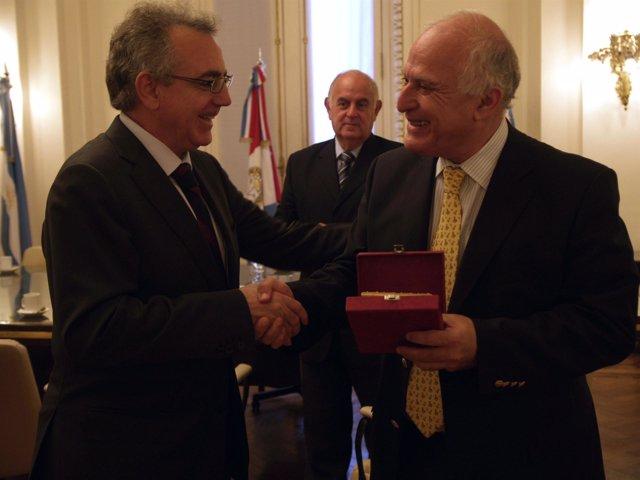 El Presidente Sanz saluda al intendente de Rosario, Miguel Lifchitz.