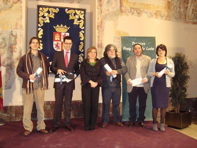 Los premiados con los Premios Fray Luis de León posan con sus diplomas.