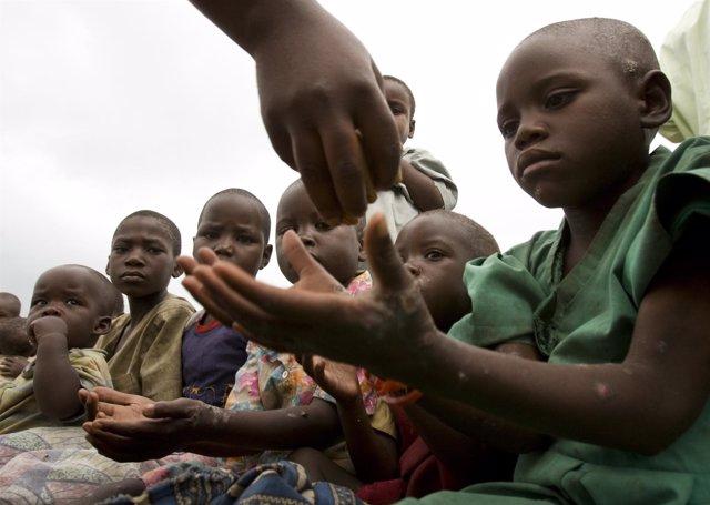 Niños congoleños esperan su ración en un campo de refugiados