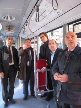 El alcalde acciona el mando de la información sonora en un bus
