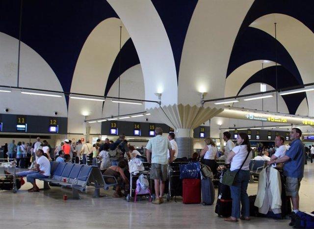 Pasajeros en el aeropuerto de Sevilla