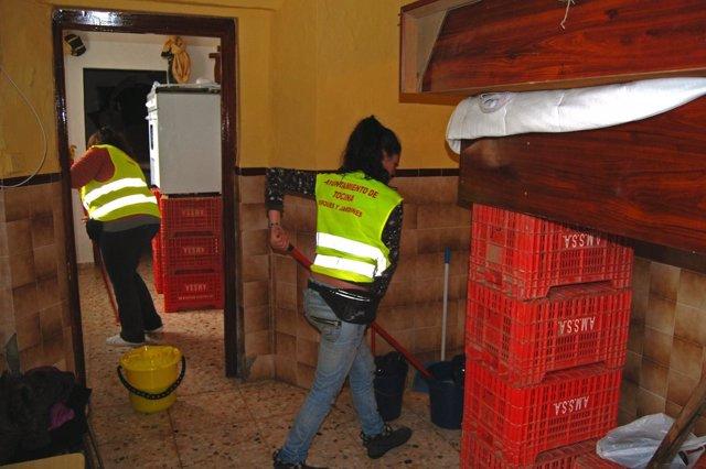 Labores de limpieza en viviendas de Tocina tras la crecida del río