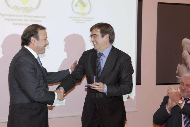 Joan Mesquida recibe un premio de la mano de Francesc Antich