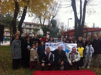 El alcalde inaugura un busto del poeta Miguel Hernández en el parque de San Isidro