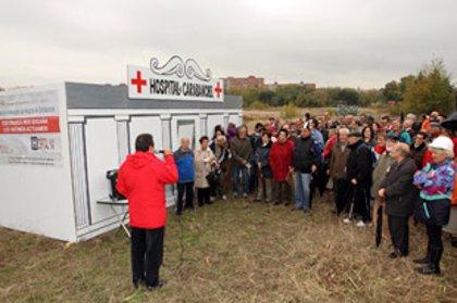 Los vecinos de Carabanchel y Latina se toman la tensión y se hacen radiografías en un improvisado hospital de madera