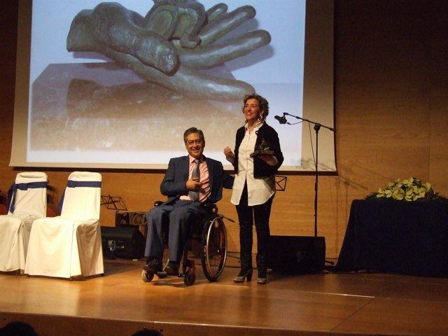 Aina Calvo recibiendo un premio