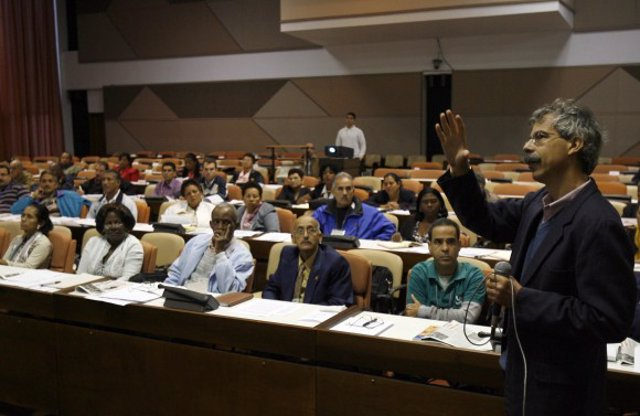 Diputados cubanos analizando las reformas de Raúl Castro.