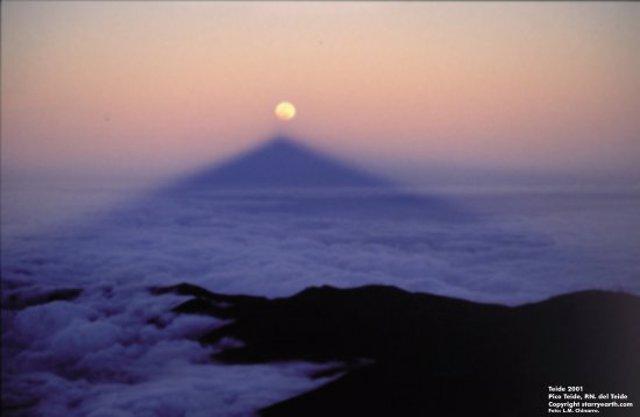 La sombra del Sombra del Teide apunta a la Luna eclipsada en el atardecer del dí