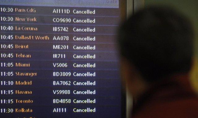 Monitor con vuelos cancelados en los aeropuertos de Reino Unido por el temporal